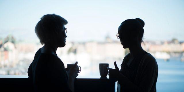 Arkivbild på kvinnor som fikar på jobbet. FREDRIK SANDBERG / TT / TT NYHETSBYRÅN