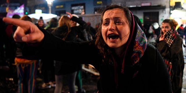 En kvinnorättsaktivist i Buenos Aires reagerar efter senatens beslut att rösta nej till förslaget om att legalisera abort.  EITAN ABRAMOVICH / AFP