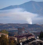 En rökpelare syns över Stepanakert i Nagorno-Karabach i helgen.  TT NYHETSBYRÅN