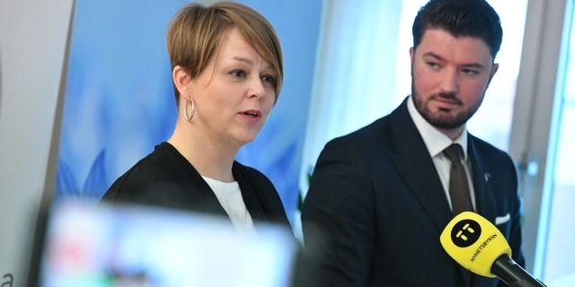 Katrin Stjernfeldt Jammeh (S) och Roko Kursar (L) presenterar Socialdemokraternas och Liberalernas överenskommelse för att bilda kommunstyre i Malmö. Johan Nilsson/TT / TT NYHETSBYRYÅN