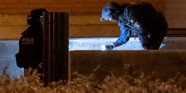 Polis och bombtekniker på plats efter att en man som polisen beskriver som mystisk har gripits utanför Rättscentrum i Malmö på söndagskvällen. Johan Nilsson/TT / TT NYHETSBYRÅN