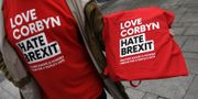 T-shirtar med budskap för Corbyn men emot brexit. PAUL ELLIS / AFP