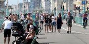 Människor i Brighton i England den 9 maj. Gareth Fuller / TT NYHETSBYRÅN