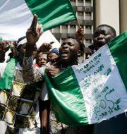 Unga människor som protesterar i Lagos.  Sunday Alamba / TT NYHETSBYRÅN