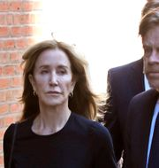 Felicity Huffman vid rätten tillsammans med maken William H. Macy. Elise Amendola / TT NYHETSBYRÅN