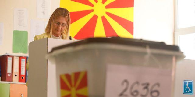 En kvinna under folkomröstningen i Makedonien. Thanassis Stavrakis / TT NYHETSBYRÅN/ NTB Scanpix