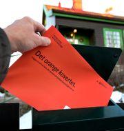 Ett orange kuvert. Janerik Henriksson/TT / TT NYHETSBYRÅN