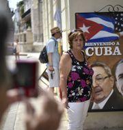 Ett plakat med Kubas ledare Raul Castro och USA:s dåvarande president Barack Obama. YURI CORTEZ / AFP