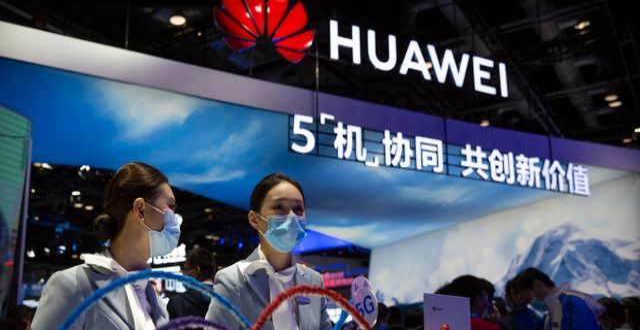 Huawei-anställda vid en monter. Arkivbild. Mark Schiefelbein / TT NYHETSBYRÅN