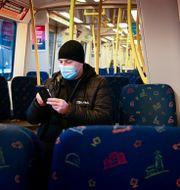 Man med munskydd på tunnelbanan. Jonas Ekströmer/TT / TT NYHETSBYRÅN
