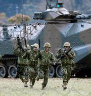Japanska soldater visar upp sig under övningen på lördagen. ISSEI KATO