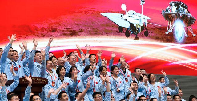 Kontrollrummet firar efter att Zhurong landat på Mars idag.  Jin Liwang / TT NYHETSBYRÅN