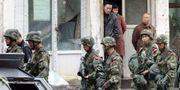 Poliser patrullerar i  regionen Xinjiang i Kina. Uncredited / TT NYHETSBYRÅN