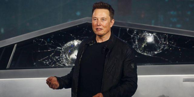 Musk står framför Cybertruck som fått sina rutor krossade.  Ringo H.W. Chiu / TT NYHETSBYRÅN