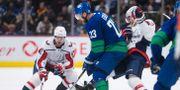 Vancouver Canucks Alexander Edler  och Washington Capitals Evgeny Kuznetsov.  DARRYL DYCK / TT NYHETSBYRÅN