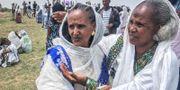 En eritreansk kvinna återförenas med sin etiopiska släkting. TT