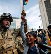Militär med en Moralesanhängare i La Paz den 15 november. Natacha Pisarenko / TT NYHETSBYRÅN