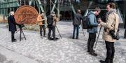 Media utanför Swedbanks huvudkontor i Sundbyberg i samband med att banken utsattes för en razzia av Ekobrottsmyndigheten i slutet på mars.  Lars Pehrson/SvD/TT / TT NYHETSBYRÅN