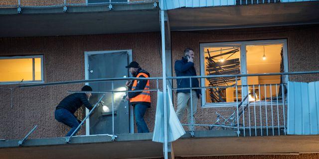 Fyra lägenheter i Husby blåstes ut av explosionen och rutorna till ytterligare 30 lägenheter gick sönder.  Fredrik Sandberg/TT NYHETSBYRÅN