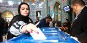 Kvinna röstar i Iran.  WANA / TT NYHETSBYRÅN