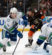 Vancouvers målvakt Jacob Markström försvarar mål efter skott från Anaheim.  GARY A. VASQUEZ / BILDBYRÅN