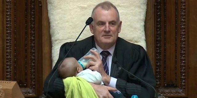 Trevor Mallard i kammaren med Tāmati Coffeys barn. HANDOUT / TT NYHETSBYRÅN