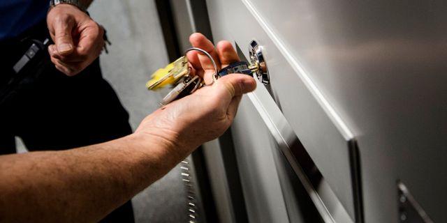 En häktesvakt använder nycklar för att öppna en celldörr på häktet i Malmö. OLA TORKELSSON / TT / TT NYHETSBYRÅN