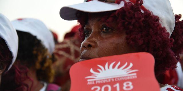 Anhängare av APC:s kandidat Samura Kamara. ISSOUF SANOGO / AFP