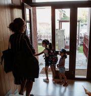 Maria Cristina Bagg med sina döttrar Cecilia och Camilla på väg till skolan i Codogno. Luca Bruno / TT NYHETSBYRÅN