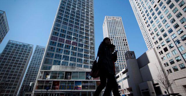 Illustrationsbild: Kvinna framför skyskrapor i Peking. Vincent Thian / SCANPIX