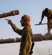 Illustrationsbild: Israeliska soldater klättrar på stridsvagnar, 2020.  Ariel Schalit / TT NYHETSBYRÅN