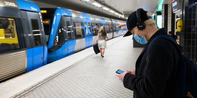 Man med munskydd i Stockholms kollektivtrafik.  Henrik Montgomery/TT / TT NYHETSBYRÅN