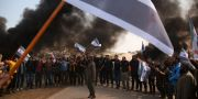 Syrier blockerar en väg i Neyrab i Syrien för en vecka sedan. TT NYHETSBYRÅN