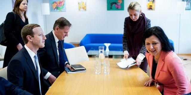 Mark Zuckerberg tillsammans med EU-kommissionären Vera Jourova i Bryssel på måndagen. KENZO TRIBOUILLARD / TT NYHETSBYRÅN