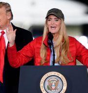Arkivbild: Kelly Loeffler tillsammans med Donald Trump under valrörelsen i januari Brynn Anderson / TT NYHETSBYRÅN
