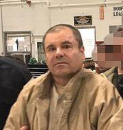 Guzman i samband med utlämnandet till USA. vakternas ansikten har pixlats av mexikanska myndigheter.  HO / INTERIOR MINISTRY OF MEXICO