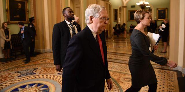 Mitch McConnell lämnar ett möte med sina partimedlemmar.  BRENDAN SMIALOWSKI / AFP
