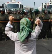 Uigurisk kvinna om kinesisk paramilitär samt ett interneringsläger i Kina.  TT