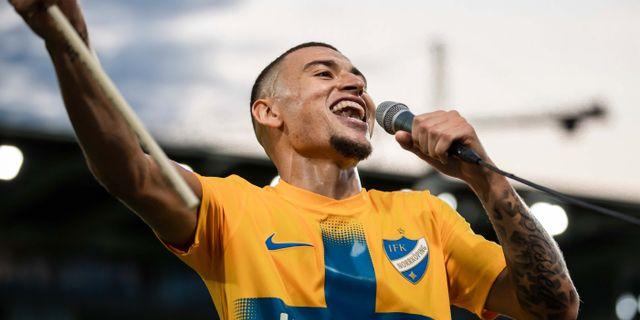 Jordan Larsson firar efter segern. PETER HOLGERSSON / BILDBYRÅN