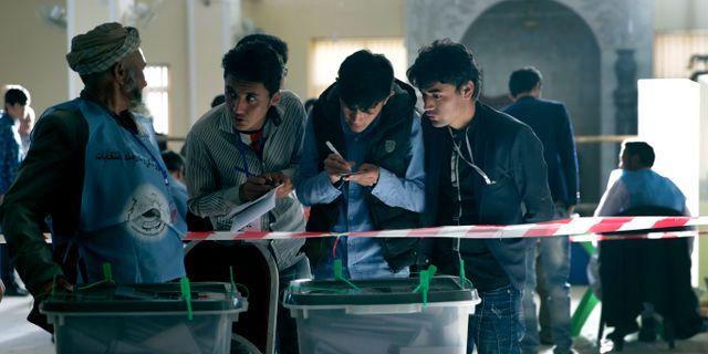 Valobservatörer på söndagen.  Massoud Hossaini / TT NYHETSBYRÅN