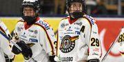 Michelle Karvinen och Emma Nordin i Luleå Hockey.  Claudio Bresciani/TT / TT NYHETSBYRÅN