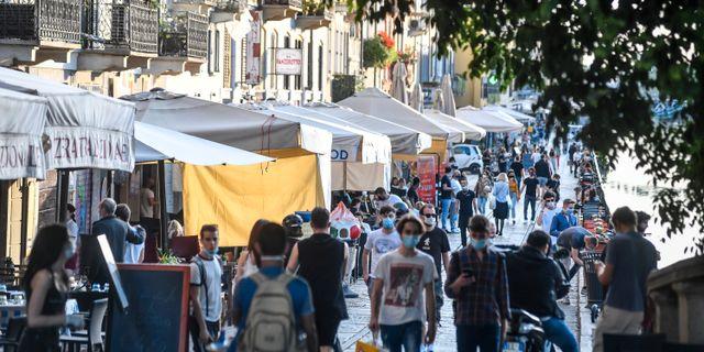 Människor promenerar i Milano.  Claudio Furlan / TT NYHETSBYRÅN