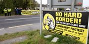 Plakat för att manifestera mot en hård gräns på Irland. PAUL FAITH / AFP
