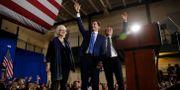 Demokratiske presidentkandidaten Pete Buttigieg tillsammans med sin make Chasten Buttigieg och sin mamma Anne Montgomery. Andrew Harnik / TT NYHETSBYRÅN