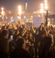 Människor samlades på stranden i Barcelona. Emilio Morenatti / TT NYHETSBYRÅN