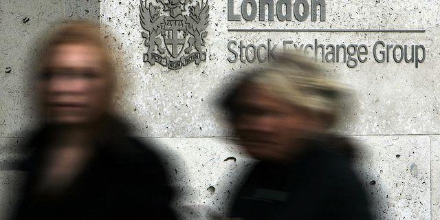 Kvinnor som går förbi Londonbörsen. Arkivbild från november 2008. TT