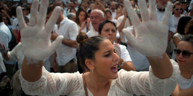 "Kvinna i demonstrationen ""Låt oss prata"" i Barcelona. JORGE GUERRERO / AFP"