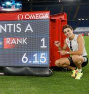 Armand Duplantis poserar vid resultattavlan efter rekordhoppet Gregorio Borgia / TT NYHETSBYRÅN