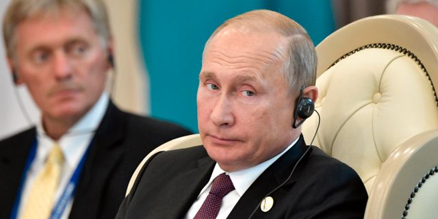 Arkivbild. Dmitrij Peskov och Vladimir Putin. Alexei Nikolsky / TT / NTB Scanpix