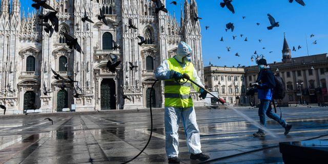 Illustrationsbild: Piazza Duomo i Milano desinfekteras.  PIERO CRUCIATTI / TT NYHETSBYRÅN